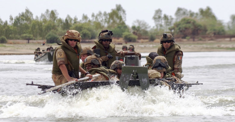 France desert troops take to boats in Mali