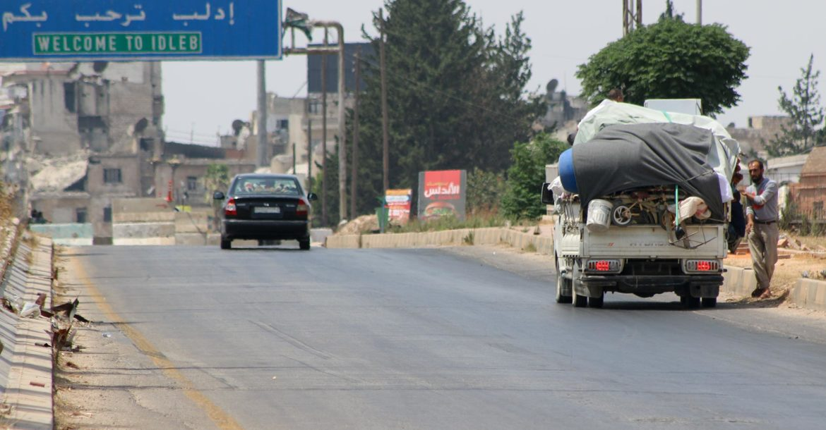 Displaced Syrians flee Khan Sheikhoun