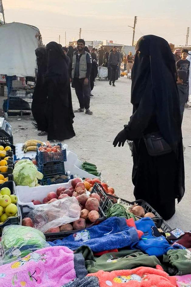 Women at the market in Al-Hol