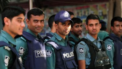 Bangladeshi police stand guard in Dhaka on January 1, 2014 (AFP Photo/Munir Uz Zaman
